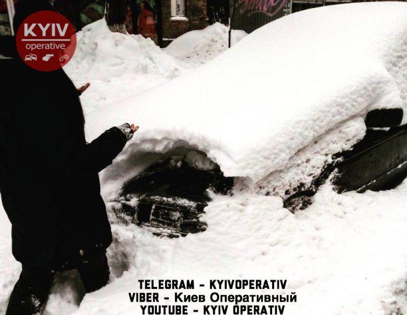 Полиция нашла угнанный автомобиль в снежном сугробе 1