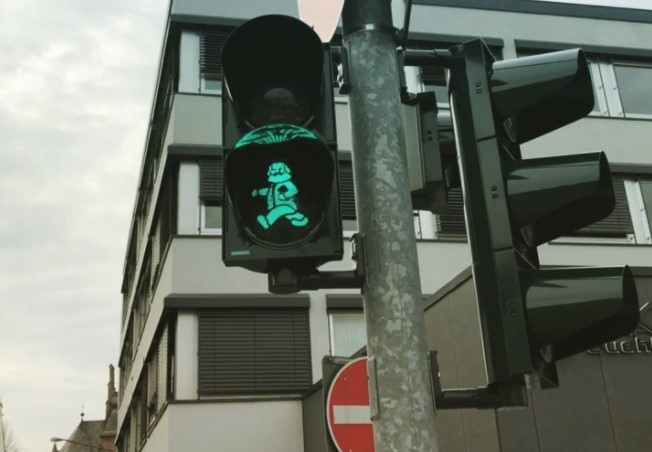 В Германии Карл Маркс руководит движением пешеходов 2