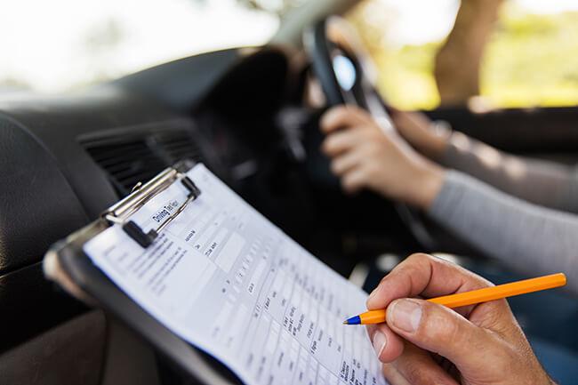 За попытку сдать экзамен по вождению за другого обоим грозит тюремный срок 1