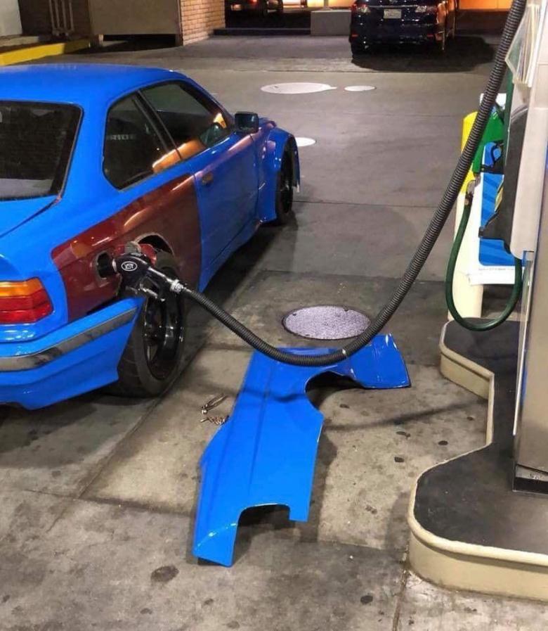 Владельцу BMW приходится разбирать автомобиль, чтобы заправиться 1
