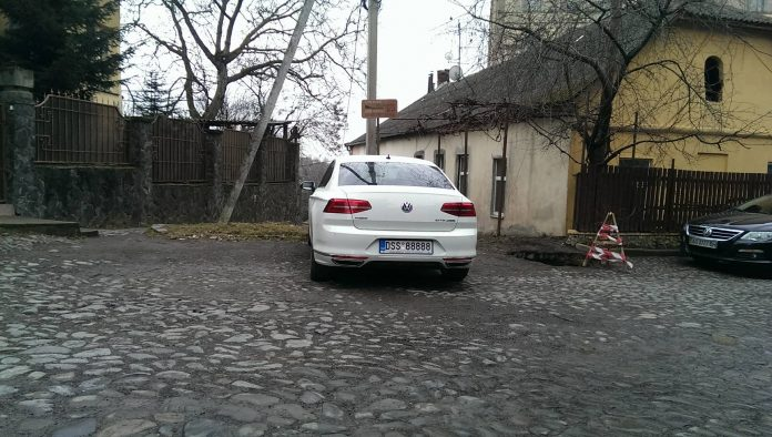 Нерастаможенный автомобиль с самым «мажорным» номером замечен в Украине 2