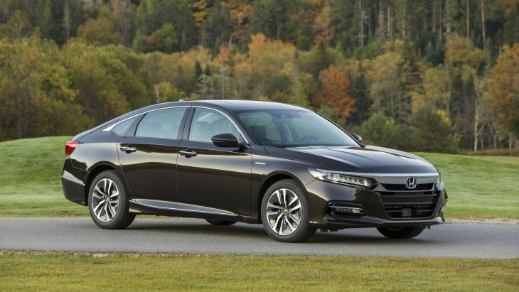 Honda начинает продажи гибридного седана Accord 1