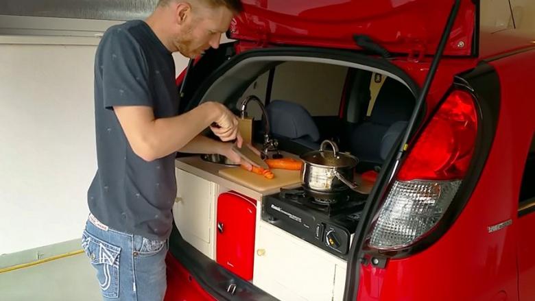 Малюсенький Peugeot iOn превратили в мобильную кухню 1