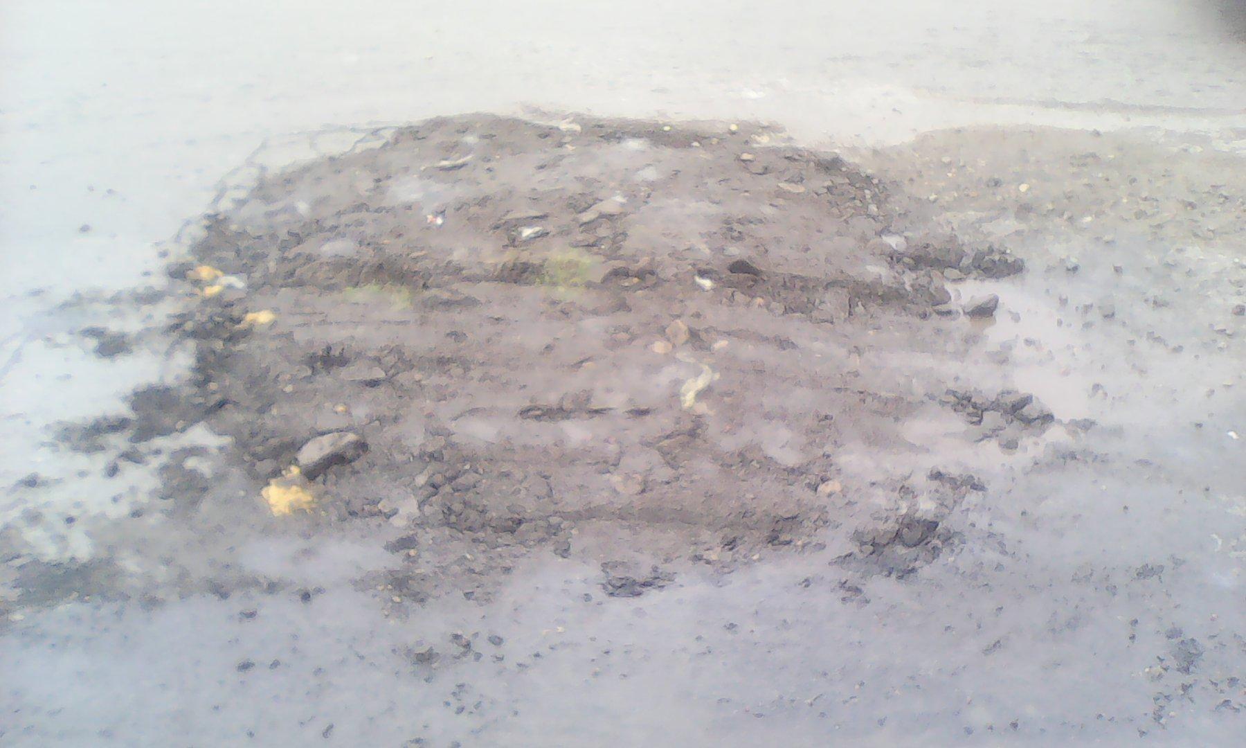 «Ремонт дорог по-украински»: ямы теперь латают землей с мусором 2
