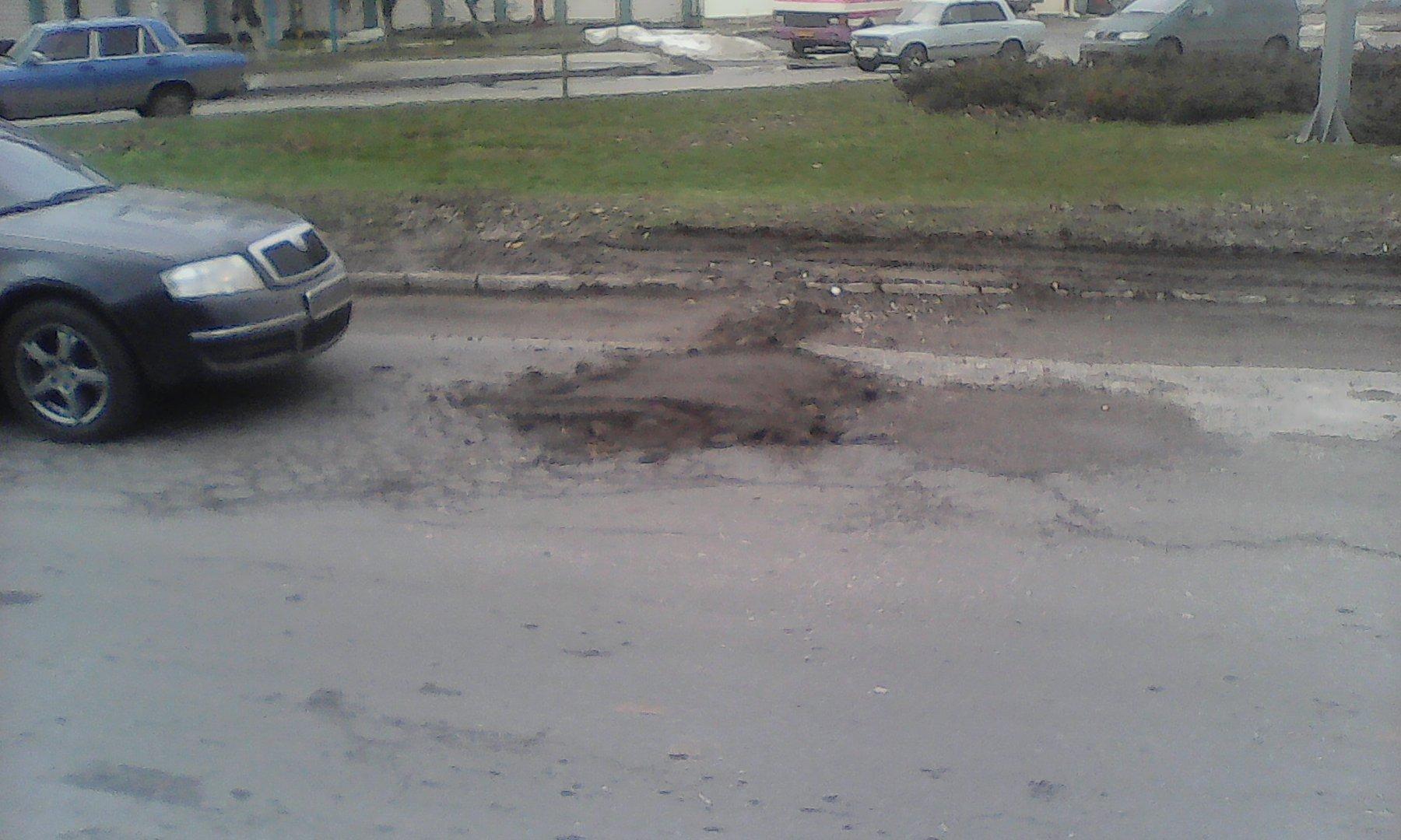 «Ремонт дорог по-украински»: ямы теперь латают землей с мусором 1
