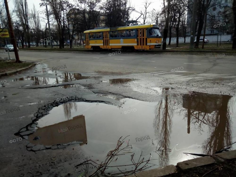 С приходом весны на дорогах Украины «расцвели» ямы 2