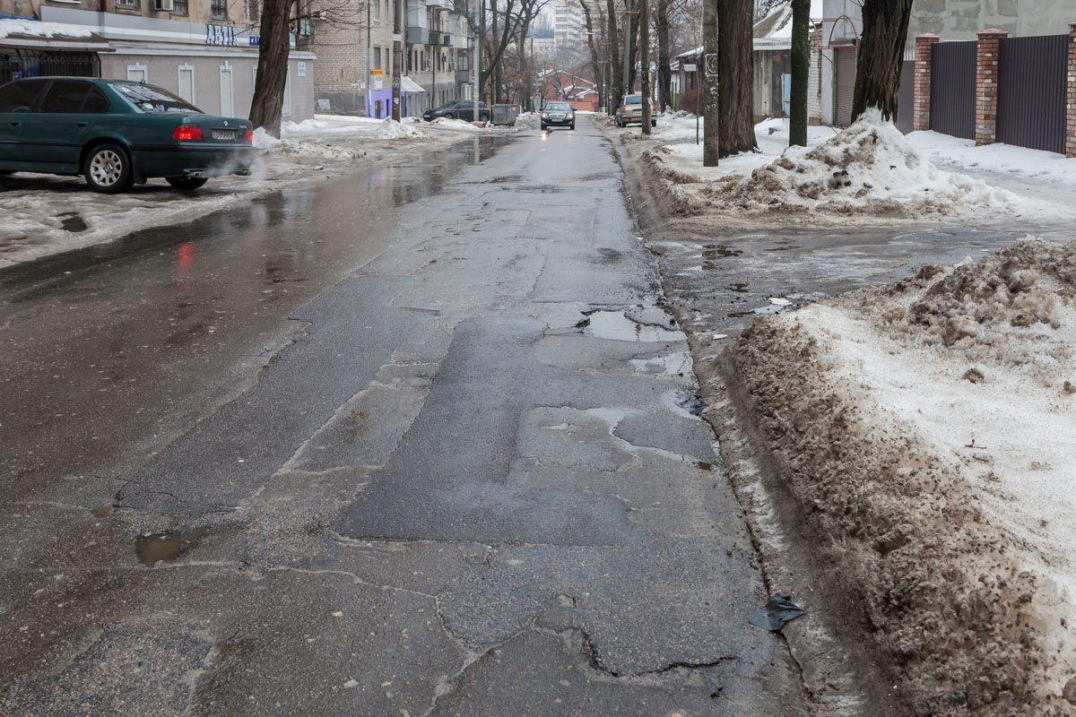 С приходом весны на дорогах Украины «расцвели» ямы 3