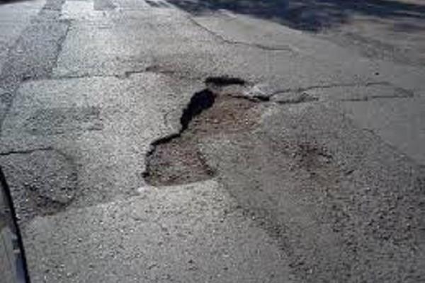 С приходом весны на дорогах Украины «расцвели» ямы 1