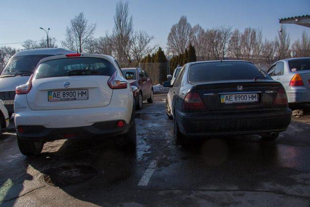 На парковке «встретились» два автомобиля с одинаковыми номерами 1