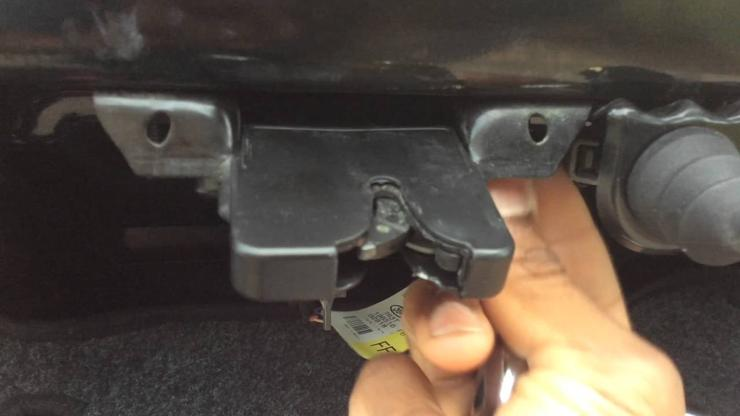 Как открыть автомобильный багажник без ключа 1