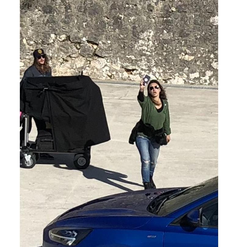 Девушка не смогла защитить новый Ford Focus от папарацци 1