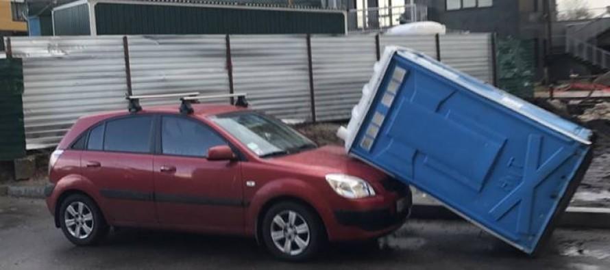 В Киеве биотуалет «прилег» прямо на припаркованный автомобиль 1