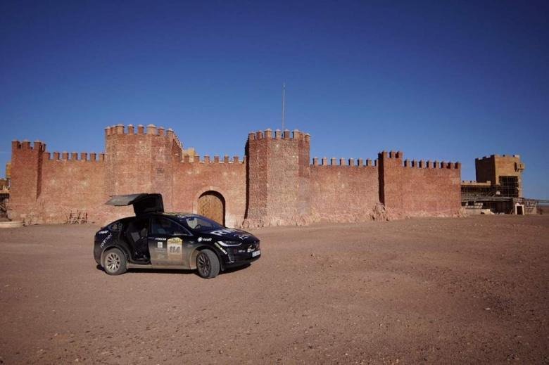 Tesla Model X стал первым электромобилем, который пересек Сахару 1