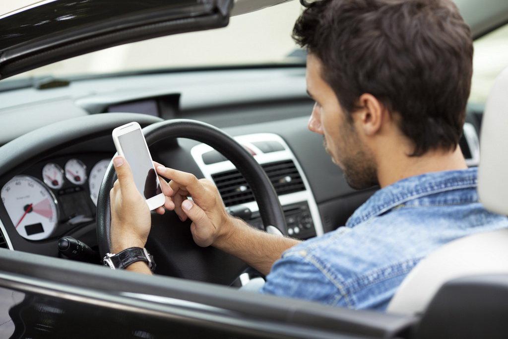Французам запретили пользоваться телефоном даже в стоящем автомобиле 1