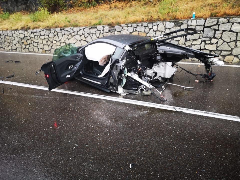 Audi разломилась пополам при столкновении с фургоном 1