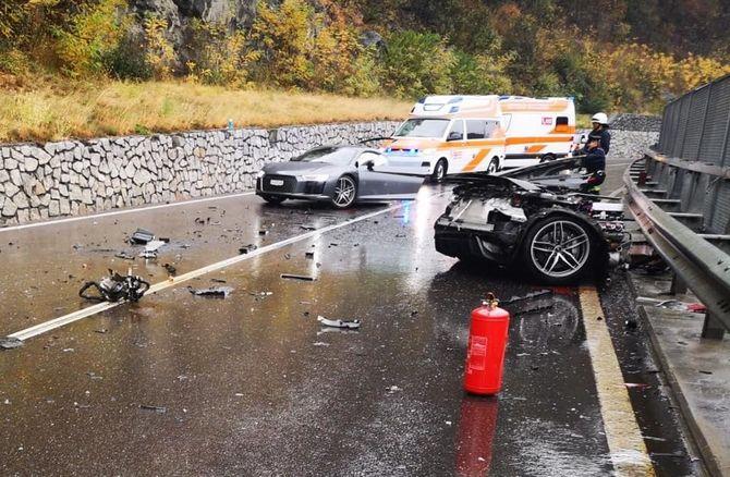 Audi разломилась пополам при столкновении с фургоном 3