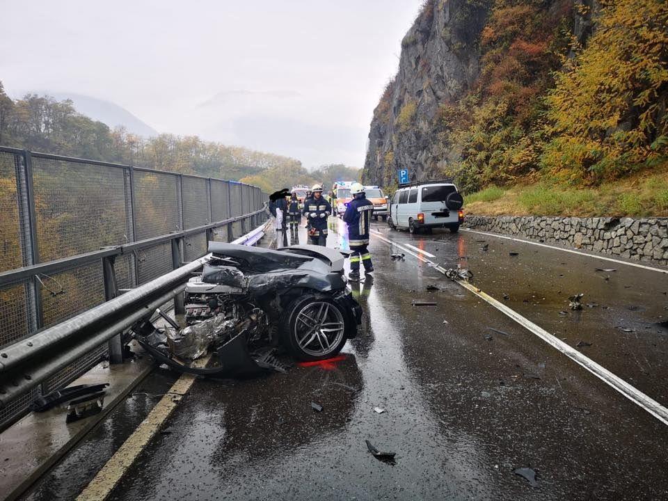 Audi разломилась пополам при столкновении с фургоном 2