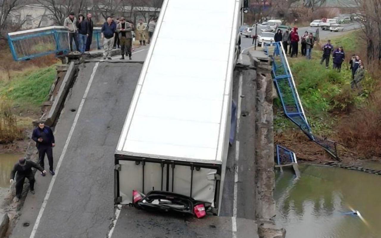 Очередной мост в России не выдержал фуру 1
