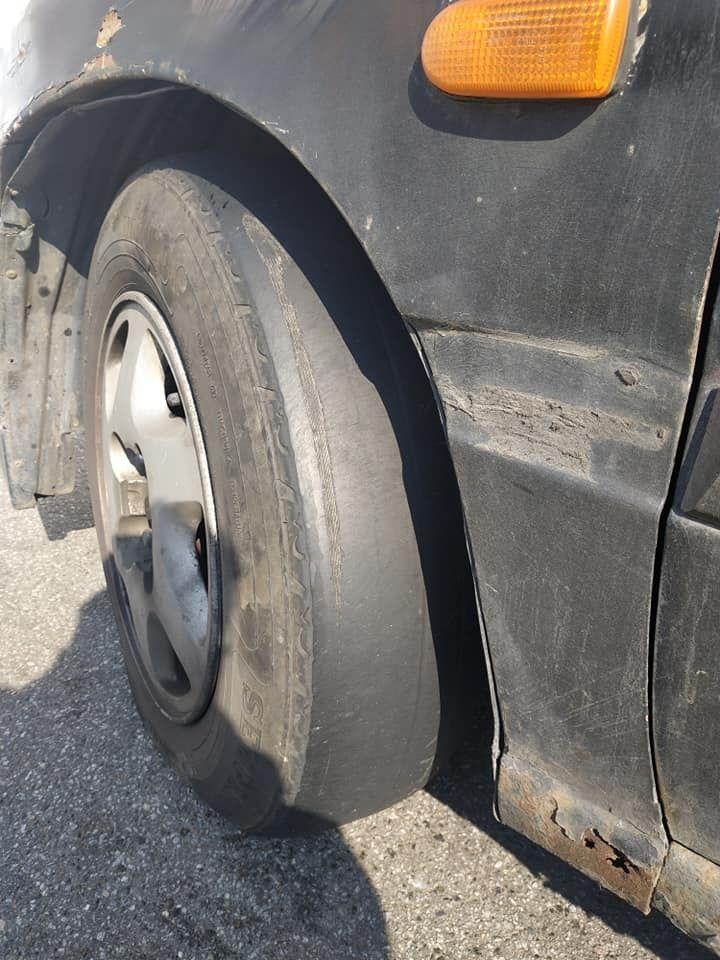 В Киеве заметили автомобиль с невероятно изношенными шинами 1