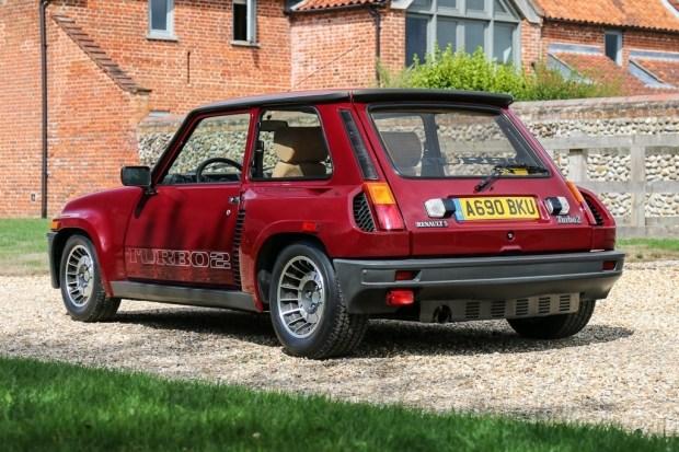 Миниатюрный хетчбэк Renault ушел с молотка по цене Porsche 911 2