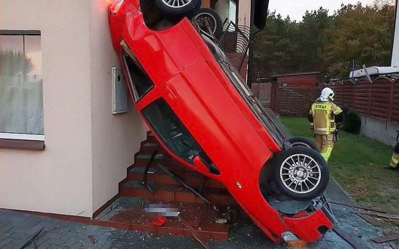 Водитель заснула за рулем и «припарковалась» на стене здания 1