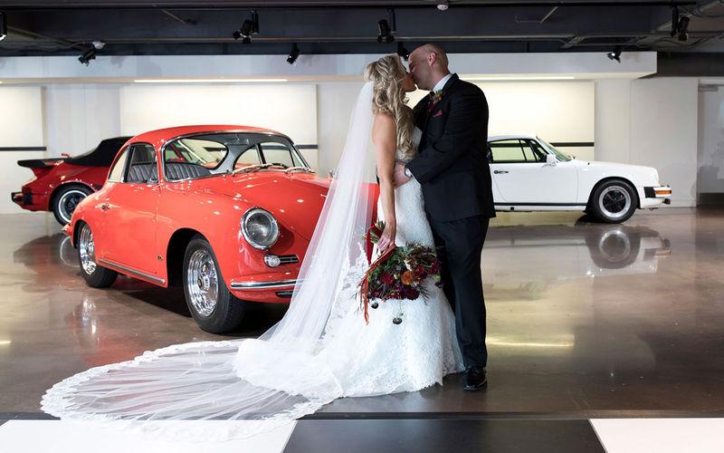 Фанаты Porsche поженились в Cayenne на ходу 1