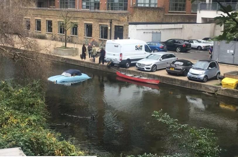 Фургон столкнул в реку реплику винтажного спорткара 2
