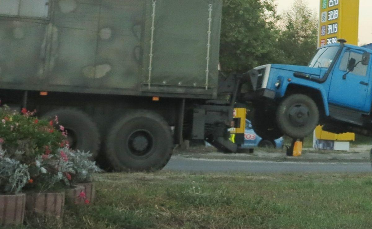 В Киеве необычный армейский МАЗ зацепил ГАЗон 1