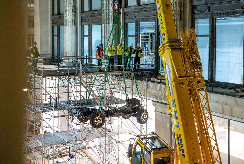 Land Rover соберет особый Defender в магазине мужской одежды 1