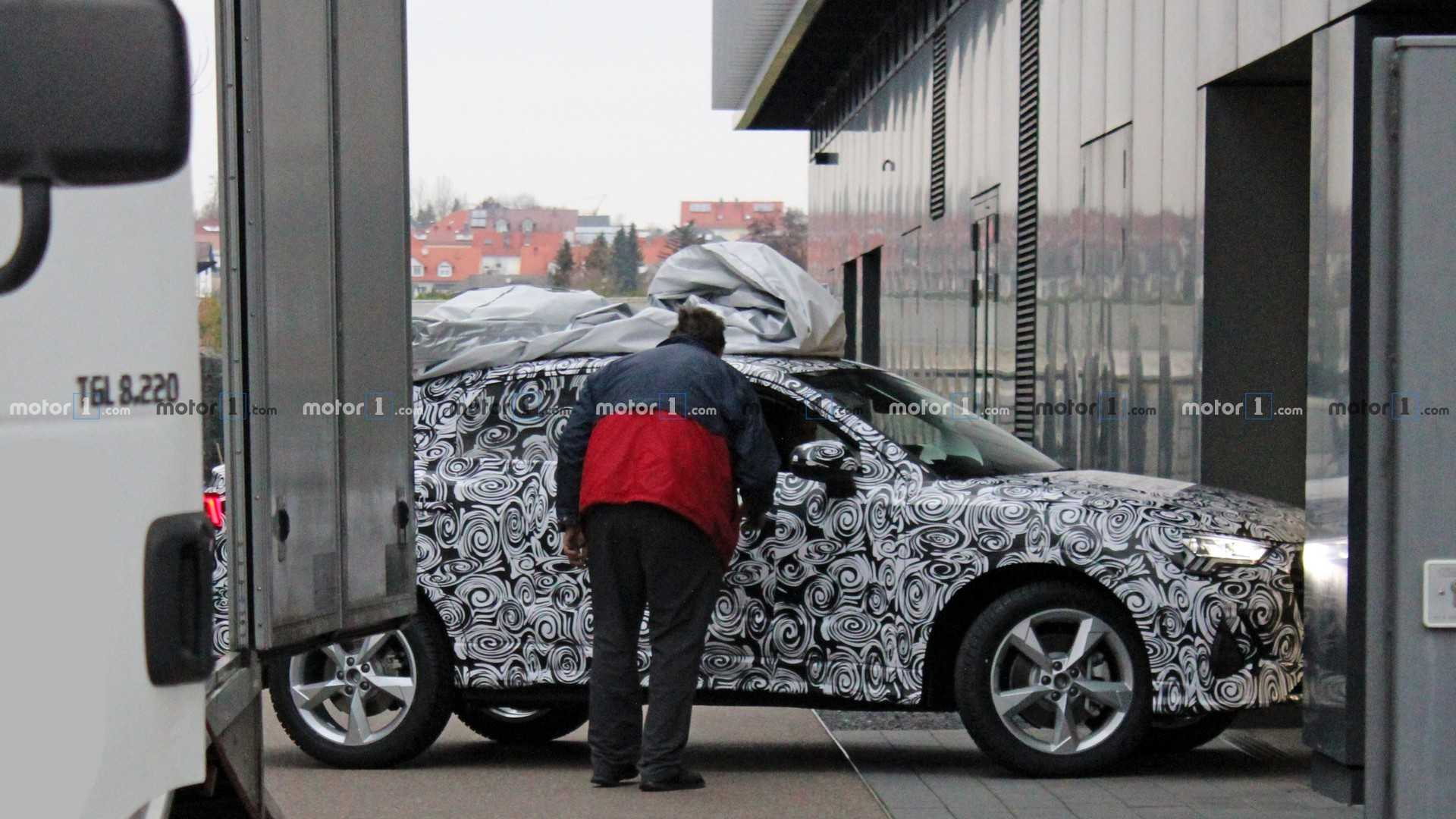 Audi Q4 появился на тестах в серийном кузове 2