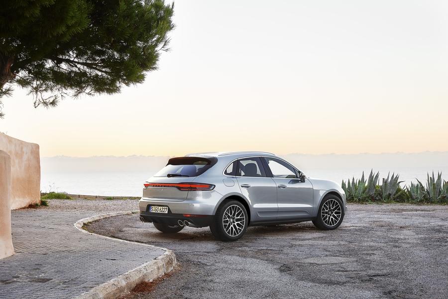 Porsche Macan получил S-версию с новым турбодвигателем V6 2
