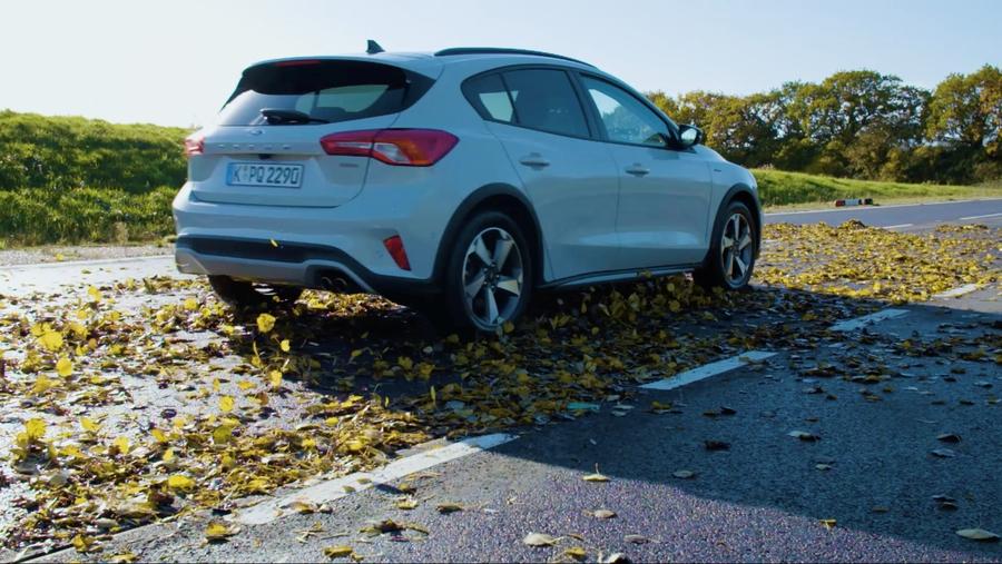 В компании Ford исследовали опасность мокрых листьев на дороге и сравнили их со снегом 1