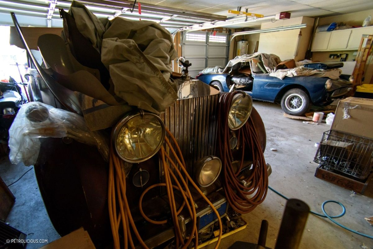 В заброшенном гараже нашли коллекцию раритетных автомобилей 4