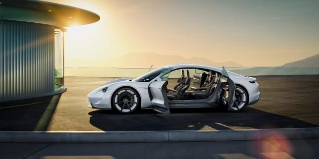 Porsche столкнулась с невиданным спросом на электрокар Taycan 3