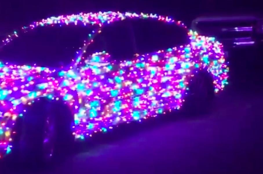 Как выглядит автомобиль с новогодней гирляндой из 4000 лампочек 1