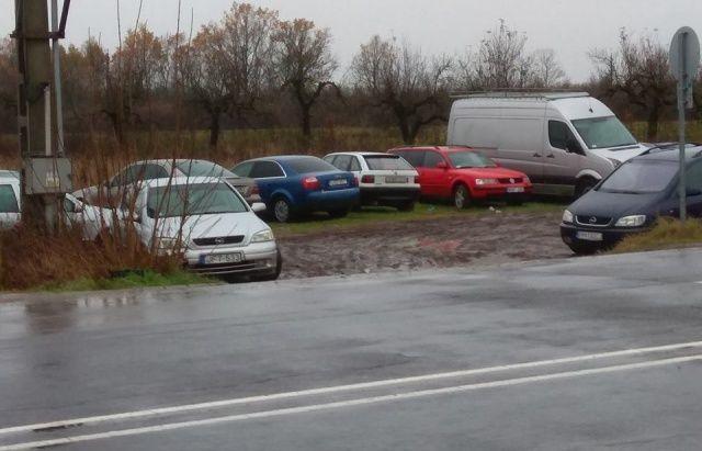 Брошенные евробляхи на границе с Венгрией стали разбирать на запчасти 1