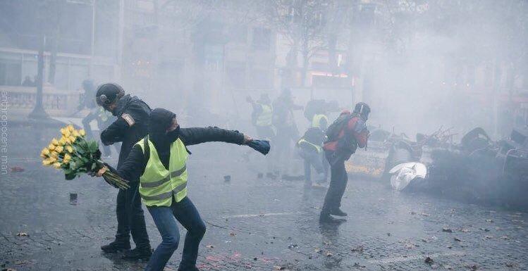 В Париже полиция применила слезоточивый газ против протестующих 1