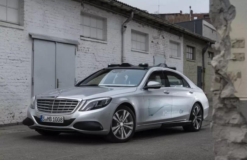 Mercedes-Benz научит беспилотники общаться с людьми 1