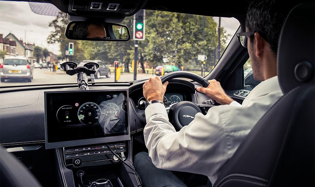 Jaguar Land Rover научил автомобили общаться со светофорами 1