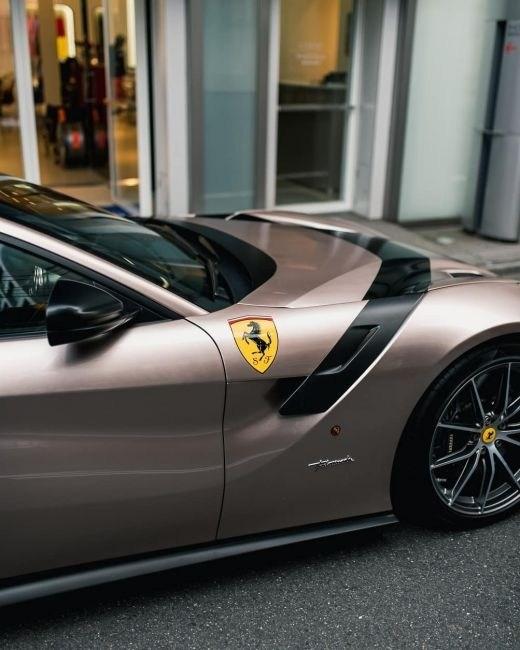 В Японии засняли Ferrari F12tdf уникального оттенка 2