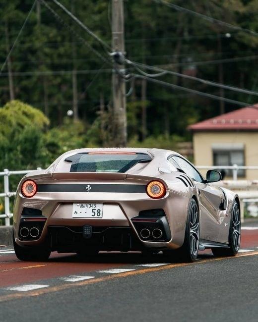 В Японии засняли Ferrari F12tdf уникального оттенка 1
