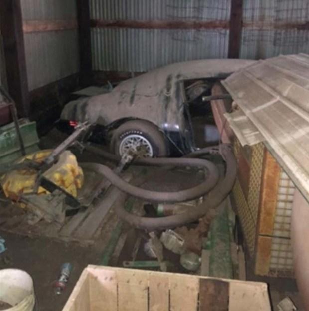 Редкий автомобиль легендарного актера простоял 40 лет в заброшенном гараже 2