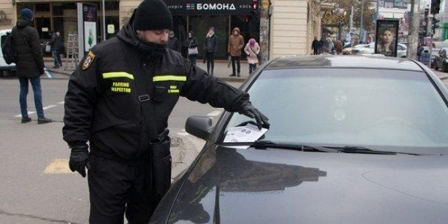 В Киеве продолжают искать инспекторов по парковке 1