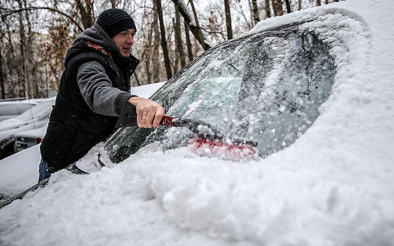 Почему опасно чистить машину от снега щеткой 1
