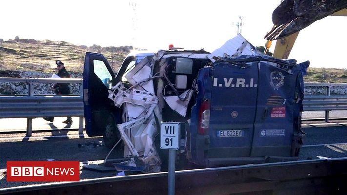 Инкассаторский бронеавтомобиль вскрыли при помощи двух экскаваторов 1