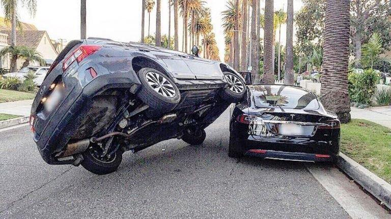 Кроссовер Subaru эффектно заехал на электрокар Tesla Model S 1