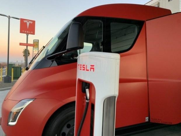 На дорогах заметили электрогрузовик Tesla Semi необычной расцветки 3