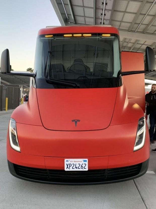 На дорогах заметили электрогрузовик Tesla Semi необычной расцветки 2