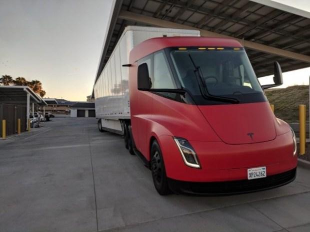 На дорогах заметили электрогрузовик Tesla Semi необычной расцветки 1