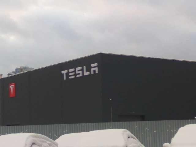 В Украине назрел скандал из-за здания c фирменным логотипом Tesla 1